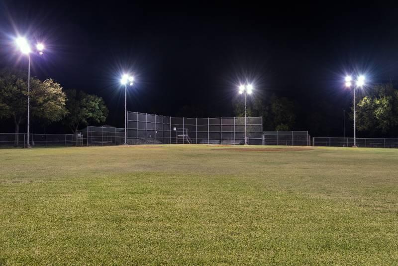 campo baseball illuminato in notturna