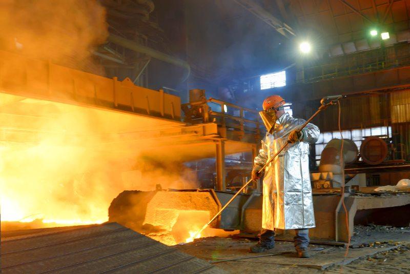 Lavoratore dell'industria nella fabbrica d'acciaio