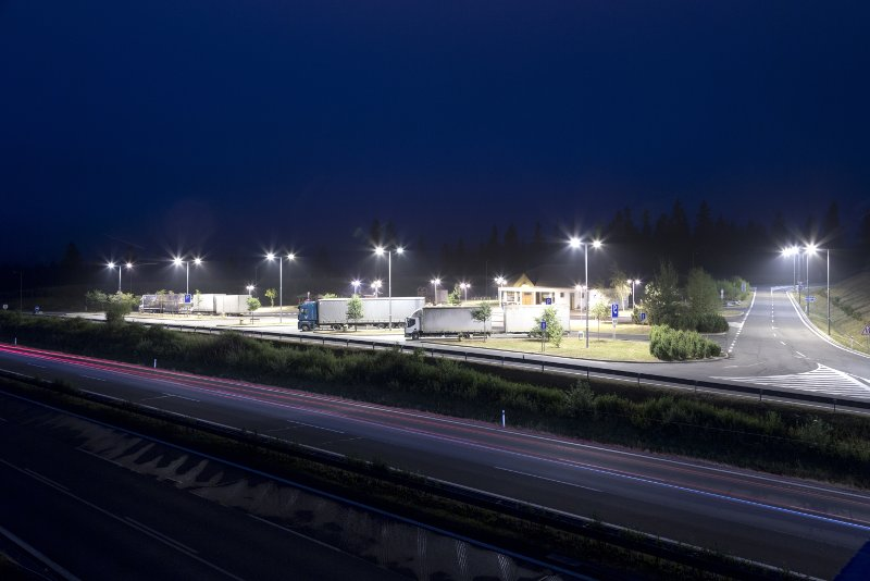 piazzale autostrada camion